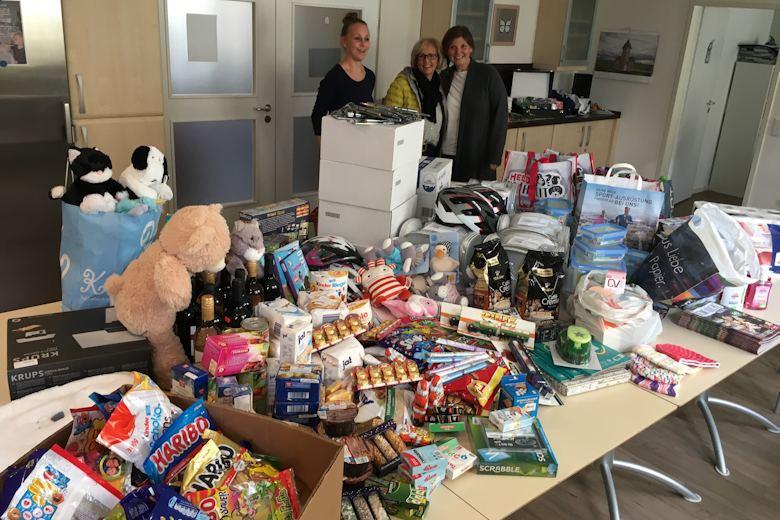 Eine Wagenladung voller Geschenke brachte Petra Waldhauser von der Selbsthilfegruppe krebskranker Kinder Amberg-Sulzbach e.V. im Haus vorbei.